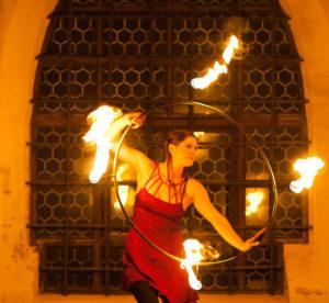 Feuershow in Kärnten für Hochzeit vor einer Kirche