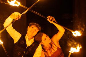 Mann und Frau in einer Feuershow für Hochzeiten und mehr