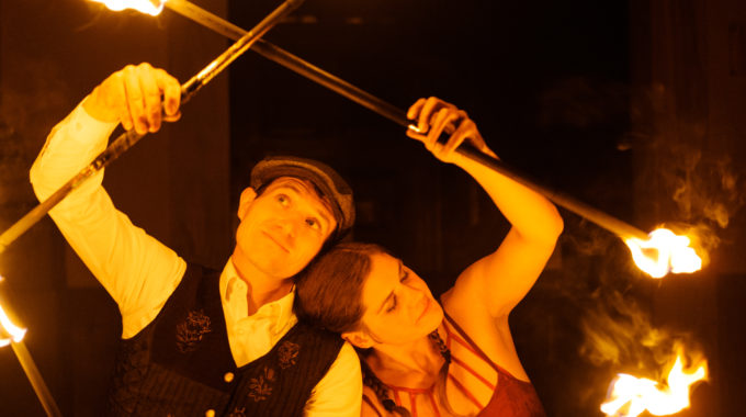 Ein Mann und eine Frau in einer spektakulären Feuershow
