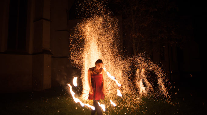 Sprühende Funken bei einer Feuershow